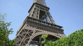 Άνθρωποι που θαυμάζουν τον πύργο του Άιφελ στην όμορφη ηλιόλουστη ημέρα, Παρίσι, Γαλλία απόθεμα βίντεο
