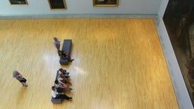 Άνθρωποι που θαυμάζουν το paintin στο μουσείο - που βλέπει άνωθεν φιλμ μικρού μήκους