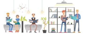 Άνθρωποι που διαβάζουν τα έγγραφα ή τα βιβλία στο γραφείο ή τη βιβλιοθήκη, που τοποθετεί σε ράφι με τους φακέλλους και τα βιβλία  ελεύθερη απεικόνιση δικαιώματος