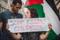 Άνθρωποι που διαμαρτύρονται ενάντια στο βομβαρδισμό της Λωρίδας της γάζας στο Μιλάνο, Ιταλία Στοκ εικόνα με δικαίωμα ελεύθερης χρήσης