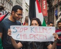Άνθρωποι που διαμαρτύρονται ενάντια στο βομβαρδισμό της Λωρίδας της γάζας στο Μιλάνο, Ιταλία Στοκ Φωτογραφία
