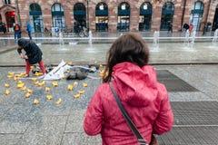 Άνθρωποι που διαμαρτύρονται την εκδήλωση κύβος-μέσα ενάντια στη μετανάστευση polic Στοκ Εικόνες
