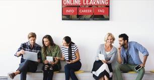 Άνθρωποι που κάθονται κάτω από μια TV με την ε-εκμάθηση των πληροφοριών στην οθόνη στοκ εικόνες