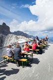Άνθρωποι που κάθονται μπροστά από Dachstein Panaromarestaurant στις 17 Αυγούστου 2017 σε Ramsau AM Dachstein, Αυστρία Στοκ εικόνες με δικαίωμα ελεύθερης χρήσης