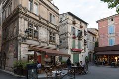 Άνθρωποι που κάθονται σε έναν καφέ σε ισχύ du Forum, Arles, Προβηγκία, Γαλλία Στοκ Εικόνες