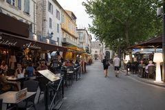 Άνθρωποι που κάθονται σε έναν καφέ σε ισχύ du Forum, Arles, Προβηγκία, Γαλλία Στοκ φωτογραφία με δικαίωμα ελεύθερης χρήσης