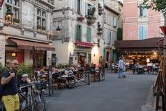 Άνθρωποι που κάθονται σε έναν καφέ σε ισχύ du Forum, Arles, Προβηγκία, Γαλλία Στοκ Φωτογραφία