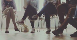 Άνθρωποι που κάθονται σε μια έννοια παροχής συμβουλών κύκλων Στοκ φωτογραφίες με δικαίωμα ελεύθερης χρήσης