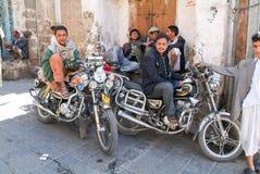 Άνθρωποι που κάθονται σε τους τις μοτοσικλέτες στην παλαιά Sana στην Υεμένη Στοκ Φωτογραφίες