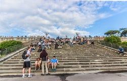Άνθρωποι που κάθονται στα σκαλοπάτια στην πλατεία Michelangelo Φλωρεντία Ιταλία Στοκ Φωτογραφίες
