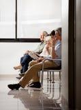 Άνθρωποι που κάθονται στην περιμένοντας περιοχή Στοκ φωτογραφία με δικαίωμα ελεύθερης χρήσης