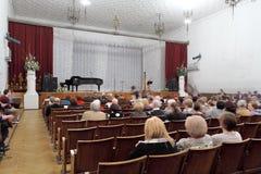 Άνθρωποι που κάθονται στη αίθουσα συναυλιών Στοκ Εικόνες