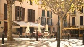 Άνθρωποι που κάθονται στον καφέ οδών στη Πάλμα ντε Μαγιόρκα απόθεμα βίντεο