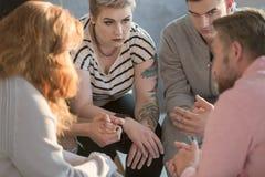 Άνθρωποι που κάθονται στον κύκλο Στοκ φωτογραφίες με δικαίωμα ελεύθερης χρήσης