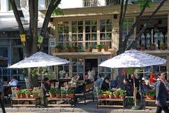 Άνθρωποι που κάθονται στον όμορφο υπαίθριο καφέ, Οδησσός στοκ φωτογραφία