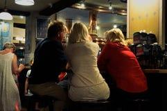 Άνθρωποι που κάθονται στο φραγμό στοκ φωτογραφίες με δικαίωμα ελεύθερης χρήσης
