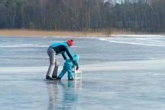 Άνθρωποι που κάνουν πατινάζ στον πάγο Στοκ εικόνα με δικαίωμα ελεύθερης χρήσης