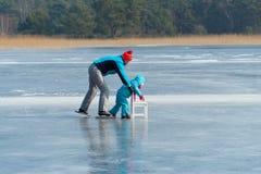 Άνθρωποι που κάνουν πατινάζ στον πάγο Στοκ εικόνες με δικαίωμα ελεύθερης χρήσης