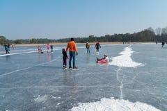 Άνθρωποι που κάνουν πατινάζ στον πάγο Στοκ Εικόνα