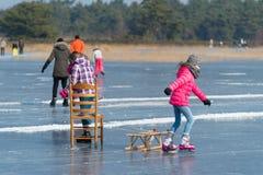Άνθρωποι που κάνουν πατινάζ στον πάγο Στοκ φωτογραφία με δικαίωμα ελεύθερης χρήσης