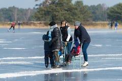 Άνθρωποι που κάνουν πατινάζ στον πάγο Στοκ Εικόνες
