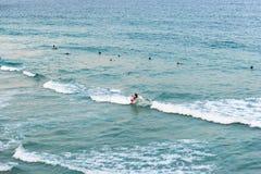 Άνθρωποι που κάνουν σερφ στον ωκεανό στην παραλία Bondi στο Σίδνεϊ, Αυστραλία στοκ φωτογραφία