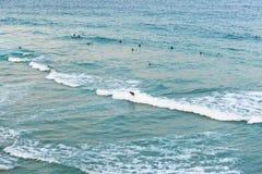 Άνθρωποι που κάνουν σερφ στον ωκεανό στην παραλία Bondi στο Σίδνεϊ, Αυστραλία στοκ φωτογραφίες