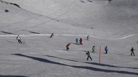 Άνθρωποι που κάνουν σκι στο αλπικό χιονοδρομικό κέντρο απόθεμα βίντεο