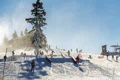 Άνθρωποι που κάνουν σκι στο χιονοδρομικό κέντρο Στοκ Εικόνες