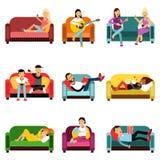 Άνθρωποι που κάνουν τις διαφορετικές δραστηριότητες που κάθονται στο σύνολο καναπέδων, διανυσματικές απεικονίσεις χαρακτηρών κινο Στοκ Φωτογραφία