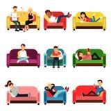 Άνθρωποι που κάνουν τις διαφορετικές δραστηριότητες που κάθονται στο σύνολο καναπέδων και πολυθρόνων Άνδρες και γυναίκες που έχου Στοκ Εικόνα