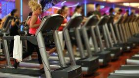 άνθρωποι που κάνουν τον αθλητισμό σε μια γυμναστική απόθεμα βίντεο