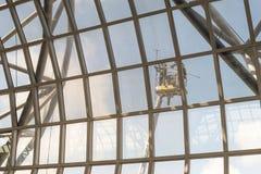 Άνθρωποι που καθαρίζουν έξω από τα παράθυρα αερολιμένων Στοκ Φωτογραφία