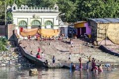 Άνθρωποι που καθαρίζουν τα ενδύματα και που πλένουν στον ποταμό Γάγκης σε Calcu Στοκ φωτογραφία με δικαίωμα ελεύθερης χρήσης
