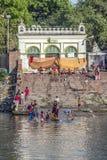 Άνθρωποι που καθαρίζουν τα ενδύματα και που πλένουν στον ποταμό Γάγκης σε Calcu Στοκ εικόνες με δικαίωμα ελεύθερης χρήσης
