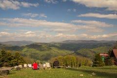 Άνθρωποι που καταψύχουν έξω στα sunbeds στην κορυφή του βουνού, Czantoria, Πολωνία στοκ φωτογραφίες