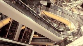 Άνθρωποι που κινούνται στην κυλιόμενη σκάλα χρονικό σφάλμα των κλιμακοστάσιων απόθεμα βίντεο