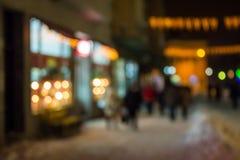 Άνθρωποι που κινούνται στην παλαιά οδό χειμερινής νύχτας πόλεων που θολώνεται Στοκ Εικόνες
