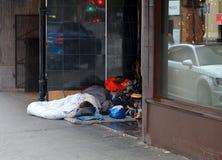 Άνθρωποι που κοιμούνται σε μια πόρτα Στοκ φωτογραφία με δικαίωμα ελεύθερης χρήσης