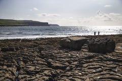 Άνθρωποι που κοιτάζουν έξω Galway στον κόλπο Στοκ Εικόνες