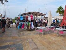 Άνθρωποι που κοιτάζουν βιαστικά σε μια αγορά Lanzarote Στοκ Εικόνα