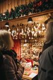 Άνθρωποι που κοιτάζουν βιαστικά το ντεκόρ Χριστουγέννων στον κόσμο Χριστουγέννων στην αγορά Rathausplatz στη Βιέννη, Αυστρία στοκ εικόνες