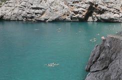 Άνθρωποι που κολυμπούν στην παραλία Λα Calobra στη βόρεια ακτή του νησιού της Μαγιόρκα ευρέως στοκ εικόνες με δικαίωμα ελεύθερης χρήσης