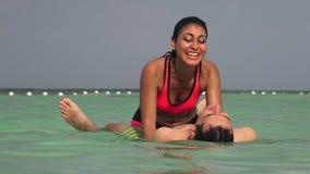Άνθρωποι που κολυμπούν και που έχουν τη διασκέδαση φιλμ μικρού μήκους