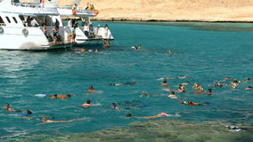 Άνθρωποι που κολυμπούν κοντά στο γιοτ φιλμ μικρού μήκους