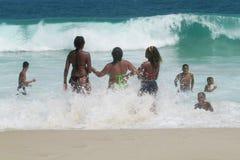 Άνθρωποι που κολυμπούν στα ωκεάνια κύματα Στοκ Εικόνες