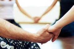 Άνθρωποι που κρατούν ο ένας τον άλλον & x27 χέρι του s Στοκ Φωτογραφίες