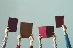 Άνθρωποι που κρατούν τα βιβλία διαθέσιμα στοκ φωτογραφίες