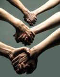 Άνθρωποι που κρατούν τα χέρια Στοκ εικόνες με δικαίωμα ελεύθερης χρήσης