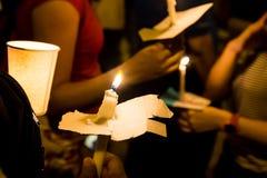 Άνθρωποι που κρατούν το κερί vigil στο σκοτάδι που επιδιώκει την ελπίδα, λατρεία, π Στοκ εικόνες με δικαίωμα ελεύθερης χρήσης